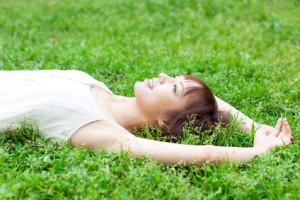 芝生に横になる女性