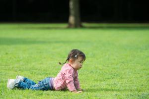 芝生で寝そべる少女