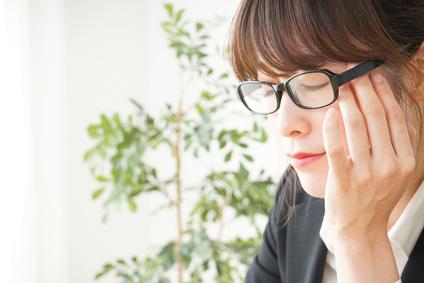 目が乾燥して疲れた若い日本人の女性