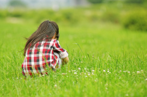 野草をつむ女の子の後姿