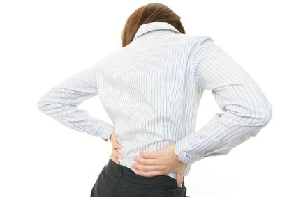 腰痛に悩む女性の後ろ姿